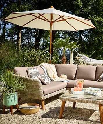 Sonnenschirm und Sitzecke im Garten