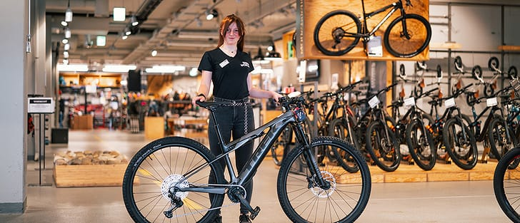 Bike TREK E-Caliber 9.6 mit Mitarbeiterin Gina